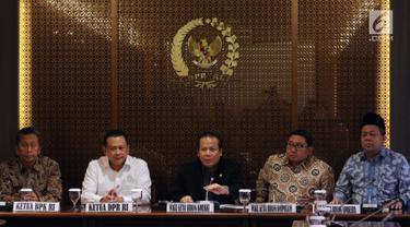 Ketua DPR, Bambang Soesatyo menerima Ketua BPK RI, Moermahadi Soerja Djanegara di Kompleks Parlemen, Jakarta, Rabu (31/1). BPK menyerahkan laporan audit investigatif terhadap proses pembangunan Terminal Peti Kemas (TPK) Koja. (Liputan6.com/Johan Tallo)