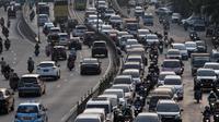 Kendaraan bermotor melaju tersendat di Jalan KH. Abdullah Syafei arah Kuningan-Pondok Kopi, Jakarta, Senin (9/9/2019). Kemacetan menumpuk di jalur alternatif akibat pengendara mobil menghindari ruas jalan yang terdampak aturan perluasan ganjil genap. (merdeka.com/Iqbal Nugroho)