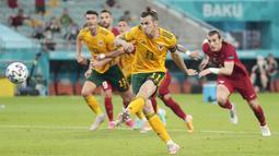 Tendangan penalti ngawur Bale itu lantas menjadi bahan olok-olok netizen di dunia maya. (AP/Darko Vojinovic, Pool)