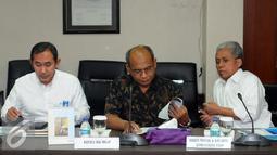 Direktur Hulu Migas Djoko Siswanto (tengah) bersama Sekjen ESDM Teguh Pamudji (kanan) bersiap mengikuti rapat koordinasi di Gedung BPPT, Jakarta, Senin (21/9/2015). Rakor membahas potensi gas yang ada di Blok Masela. (Liputan6.com/Helmi Fithriansyah)