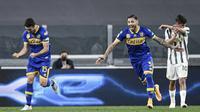 Pemain Parma Gastón Brugman (kiri) melakukan selebrasi dengan rekan setimnya Giuseppe Pezzella (tengah) usai mencetak gol ke gawang Juventus pada pertandingan Serie A di Stadion Allianz Turin, Italia, Rabu (21/4/2021). Juventus menang 3-1. (Piero Cruciatti/LaPresse via AP)