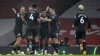 Para pemain Aston Villa merayakan gol yang dicetak oleh Ollie Watkins ke gawang Arsenal pada laga Liga Inggris di Stadion Emirates, Minggu (8/11/2020). Arsenal takluk dengan skor 0-3. (Andy Rain/Pool via AP)
