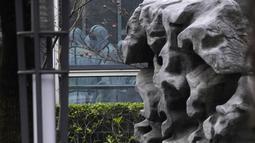 Anggota tim WHO mengenakan APD selama kunjungan lapangan ke Pusat Pengendalian dan Pencegahan Penyakit Hewan Hubei di Wuhan di provinsi Hubei, China tengah, Selasa (2/2/2021). Tim WHO telah mengunjungi dua pusat pengendalian penyakit di provinsi tersebut. (AP Photo/ Ng Han Guan)