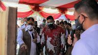 Ketua Satgas Penanganan COVID-19 Ganip Warsito berdialog dengan koordinator pos PPKM di Kelurahan Helvetia Timur, Kecamatan Medan Helvetia, Kota Medan, Sumatera Utara, Jumat (6/8/2021). (Dok BNPB)