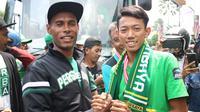 Kapten Persebaya senior, Ruben Sandi dan kapten Persebaya U-17, Fachrul Inzaghi. (Bola.com/Aditya Wany)