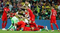 Para pemain timnas Inggris merayakan kemenangan atas Kolombia pada 16 besar Piala Dunia 2018 di Stadion Spartak, Selasa (3/7). Inggris lolos ke perempat final setelah menang adu penalti 4-3 atas Kolombia. (AP/Alastair Grant)