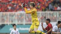 Kiper Timnas Korea Selatan U-23, Cho Hyun-woo, saat menghalau serangan Vietnam di semifinal Asian Games 2018 di Stadion Pakansari, Cibinong, Rabu (29/8/2018). (Bola.com/Dok. INASGOC)