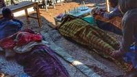 Foto : Jenazah tiga warga yang tewas diduga keracunan gas belerang (Liputan6.com/Ola Keda)