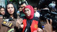 Terdakwa kasus dugaan penyebaran berita bohong atau hoaks Ratna Sarumpaet menuju mobil tahanan usai menjalani sidang lanjutan di PN Jakarta Selatan, Rabu (6/3/2019). Sidang beragendakan pembacaan nota keberatan atau eksepsi (Liputan6.com/Herman Zakharia)