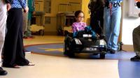 Menuju ruang operasi, anak-anak mengendarai mobil sendiri. (Foto: NBC Los Angeles))