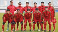 Para pemain Timnas Indonesia U-19 saat foto bersama sebelum melawan Timor Leste pada laga Kualifikasi Piala Asia 2017 di Stadion Paju Public, Korea Selatan, 2/11/2017). Indonesia menang 5-0. (PSSI/Bandung Saputra)