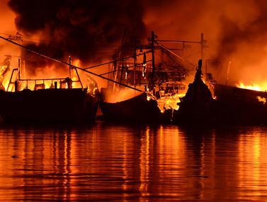 Belasan Kapal Nelayan Terbakar Dilahap Si Jago Merah