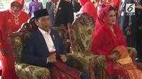Ibu Iriana Jokowi mengenaka busana bernuansa merah di Pesta Adat Kahiyang Bobby
