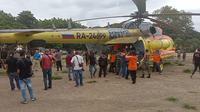 Helikopter BNPB berada di Lapangan Umum Kota Baru Maumere, menfantar bantuan 1 unit Fleksibel tank. (Liputan6.com/ Dionisius Wilibardus)
