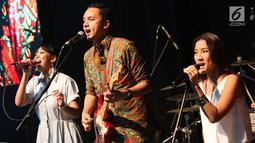 Grup musik Barasuara mengibur penonton saat tampil dalam acara XYZ Day 2018 di Jakarta, Rabu (25/4). PT Liputan Enam Dot Com dan PT KapanLagi Dot Com Networks, bersatu menjadi KapanLagi Youniverse (KLY). (Liputan6.com/Immanuel Antonius)