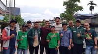 Osvaldo Haay bersama suporter Persebaya, Bonek di Jayapura. (Bola.com/Istimewa)