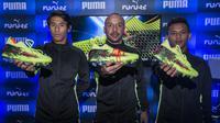 Pesepak bola, Hanif Sjahbandi, Julian Faubert dan Osvaldo Haay memperkenalkan sepatu Puma Future 18.1 di Taman Menteng, Jakarta, Jumat (9/3/2018). Puma Future 18.1 dirancang untuk pengepasan saat pemakaian. (Bola.com/Vitalis Yogi Trisna)