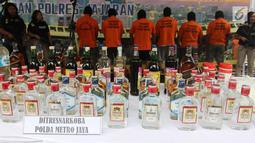 Barang bukti dan tersangka diperlihatkan saat rilis di Polda Metro Jaya, Jakarta, Jumat (20/4). Total barang bukti yang diamankan adalah 39.834 miras dalam berbagai kemasan mulai dari botol, plastik, jerigen, dan galon. (Liputan6.com/Arya Manggala)