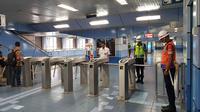 . Komuter pengguna KRL ikut mengenang jasa para pahlawan dengan mengheningkan cipta di stasiun kereta. (Istimewa)