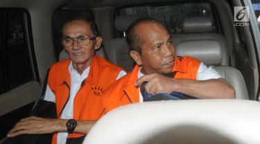 Mantan anggota DPRD Sumatera Utara periode 2009-2014, Elezaro Duha (kiri) dan Pasiruddin Daulay berada di dalam mobil usai menandatangan berkas P21 di gedung KPK, Jakarta, Senin (3/12). (Merdeka.com/Dwi Narwoko)