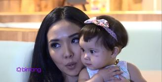 Gisella Anastasia sedang menikmati pertumbuhan anak pertamanya, Gempita Noura Marten. Kini usia Gempi sudah berjalan 10 bulan, Gisella pun mencoba pilihkan mainan edukatif untuk Gempi.