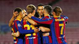 Para pemain Barcelona merayakan gol yang dicetak oleh Lionel Messi ke gawang Dynamo Kiev pada laga Liga Champions di Stadion Camp Nou, Kamis (5/11/2020). Barcelona menang dengan skor 2-1. (AP/Joan Monfort)