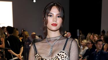 Miss Universe 2018, Catriona Grey menghadiri fashion show Nicole Miller selama New York Fashion Week: The Shows at Gallery II di Spring Studios di New York City (8/9/2019). Catriona Grey mengenakan gaun bermotif leopard dengan bloseu mesh transparan. (AFP Photo/Bennett Raglin)