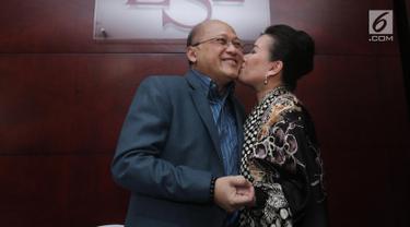 Mario Teguh mendapat ciuman dari istrinya, Linna Teguh usai jumpa pers syukuran kemenangan karena Kepolisian menghentikan penyidikan kasus Kiswinar terhadap Mario Teguh, Jakarta, Senin (21/8). (Liputan6.com/Herman Zakharia)