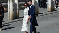 Victoria Beckham dan David Beckham saat hadir di pernikahan pemain sepak bola, Sergio Ramos. (CRISTINA QUICLER / AFP)