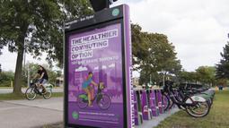 Seorang pria mengendarai sepeda sewaan melewati pos parkir sepeda di Toronto, Kanada, Rabu (2/9/2020). Mulai 2 September, pelanggan layanan penyewaan sepeda Bike Share Toronto dapat menikmati perjalanan gratis di kota tersebut setiap Rabu selama September. (Xinhua/Zou Zheng)