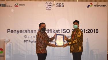 Corporate Secretary Pertamina Brahmantya S. Poerwadi menerima ISO 37001:2016 Sistem Manajemen Anti Penyuapan yang diserahkan langsung oleh Presiden Direktur PT SGS Indonesia Shashibushan Jogani di Executive Lounge, Pertamina Pusat, Jakarta.