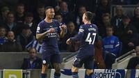Gelandang Manchester City, Phil Foden (kanan), merayakan golnya bersama Gabriel Jesus saat menghadapi Brighton dalam lanjutan Liga Inggris 2021/2022 di Stadion Amex, Sabtu (24/10/2021) malam WIB. (Gareth Fuller/PA via AP)