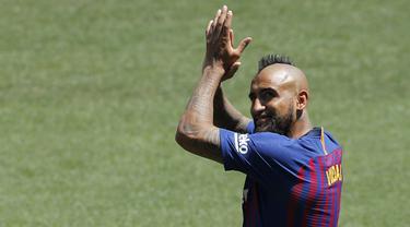 Pemain baru Barcelona, Arturo Vidal, menyapa fans saat perkenalan di Stadion Camp Nou, Senin, (7/8/2018). Barcelona merogoh kocek sebesar 19 juta euro untuk mengamankan jasa pria berkebangsaan Cile itu. (AP/Manu Fernandez)