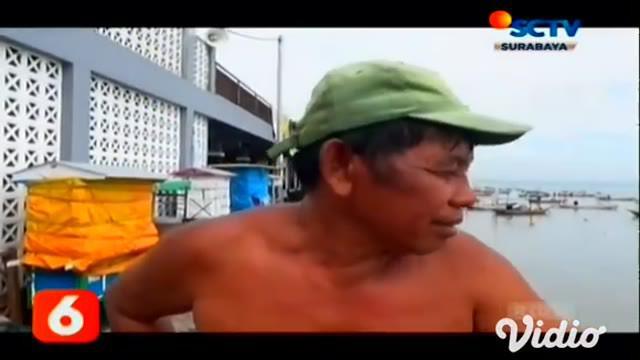 Puluhan perahu tradisional milik nelayan di Kenjeran, Surabaya, terpaksa ditambatkan di bibir pantai selama sebulan, akibat dari cuca buruk dan gelombang laut yang tinggi. BMKG menghimbau kepada para nelayan untuk tidak melaut karena membahayakan.