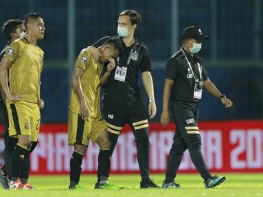 Pemain Bhayangkara Solo FC, Indra Kahfi (kiri) dan Sani Rizky Fauzi tampak kecewa usai ditaklukkan Persija Jakarta pada laga Piala Menpora 2021 di Stadion Kanjuruhan, Malang, Rabu (31/3/2021). Persija Menang dengan skor 2-1. (Bola.com/M Iqbal Ichsan)