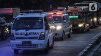 Antrean ambulans saat mengantarkan pasien positif Covid-19 di pintu masuk RSD Wisma Atlet Kemayoran, Jakarta, Kamis (10/6/2021). Meningkatnya jumlah warga yang terpapar Covid-19 menyebabkan antrean ambulans yang hendak masuk ke RSD Wisma Atlet Kemayoran. (merdeka.com/Iqbal S. Nugroho)