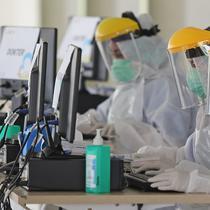 Petugas medis mengenakan alat pelindung diri (APD) saat swab test massal di Rumah Sakit Universitas Indonesia (RSUI), Depok, Jawa Barat, Selasa (2/6/2020). Swab test massal untuk mengantisipasi penyebaran virus corona COVID-19 ini dapat memeriksa 180 orang per hari. (Liputan6.com/Herman Zakharia)
