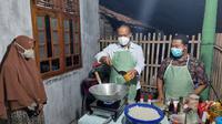 Bupati Kebumen memasak nasi goreng untuk petugas kebersihan perempuan sebagai apresiasi atas dedikasinya. (Foto: Liputan6.com/Rudal Afgani)
