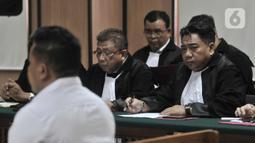 Tim kuasa hukum dua terdakwa kasus penyiraman Novel Baswedan menghadiri siding perdana di PN Jakarta Utara, Kamis (19/3/2020). Dua terdakwa, yakni Ronny Bugis dan Rahmat Kadir Mahulete menjalani sidang dengan agenda pembacaan dakwaan oleh Jaksa Penuntut Umum. (merdeka.com/Iqbal Nugroho)