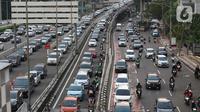 Suasana kepadatan arus lalin di sekitar pintu masuk Tol Dalam Kota Jalan Gatot Subroto, Jakarta, Jumat (29/5/2020). Meski masa Pembatasan Sosial Berskala Besar (PSBB) di Jakarta baru akan diumumkan 4 Juni mendatang, namun jalanan Ibu Kota mulai dipadati kendaraan. (Liputan6.com/Helmi Fithriansyah)