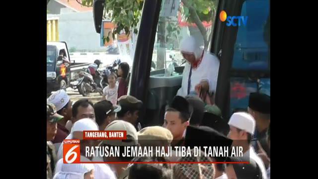Ratusan jemaah akhirnya tiba di kantor Kementerian Agama Kabupaten Tangerang, Banten. Kedatangan jemaah disambut haru oleh pihak keluarga.