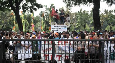 Massa yang tergabung dalam Jaringan Rakyat Miskin Kota (JRMK) dan Serikat Becak Jakarta (Sebaja) saat menggelar aksi di depan Balai Kota, Jakarta, Senin (23/7). (Merdeka.com/Iqbal S. Nugroho)