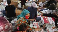 Sejumlah warga melipat dan menyortir surat suara pemilihan Gubernur dan Wakil Gubernur Jawa Barat  2018 di gudang logistik KPU Kabupaten Bogor di Cibinong, Jawa Barat (25/5). (Merdeka.com/Arie Basuki)