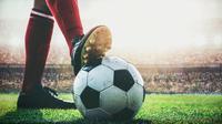 Ilustrasi sepatu bola dan bola sepak, belakangan bola sepak semakin sensitif terhadap manipulasi tendangan karena penerapan teknologi baru.