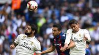 Gelandang Real Madrid, Isco, duel udara dengan bek Levante, Sergio Postigo, pada laga La Liga Spanyol di Stadion Santiago Bernabeu, Madrid, Sabtu (20/10). Madrid kalah 1-2 dari Levante. (AFP/Gabriel Bouys)