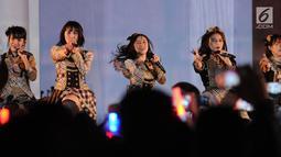 Kelompok penyanyi wanita JKT48 tampil membawakan lagu saat pembukaan rangkaian kegiatan perayaan 60 tahun hubungan diplomatik Indonesia-Jepang. di depan area Museum Fatahillah, Jakarta, Jumat (19/1). (Liputan6.com/Helmi Fithriansyah)