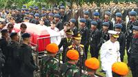 Mantan Kapolri Jenderal (Purn) Awaloedin Djamin dimakamkan di TMP Kalibata, Jakarta. (Liputan6.com/ Ady Anugrahady)