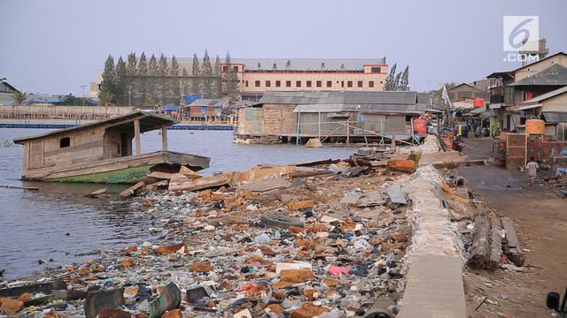 Tanah di Jakarta terus mengalami penurunan. Pesatnya pembangunan diikuti eksploitasi air tanah yang masif, mengganggu keseimbangan konstruksi tanah di Jakarta. Tanpa pemulihan segera, Jakarta bisa tenggelam 50 tahun ke depan.