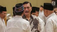 Menko Maritim Luhut Binsar Pandjaitan berbincang saat menghadiri acara Buka Puasa Bersama Partai Golkar, di Jakarta, Minggu (19/5/2019). Kegiatan tersebut mengangkat tema Menjemput Kemenangan Ramadan. (Liputan6.com/Faizal Fanani)
