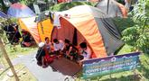 Santri berdiskusi saat kegiatan Kemah Hari  Santri di Curug Nangka, Bogor, Selasa (22/10/2019). Pemerintah menetapkan 22 Oktober sebagai HSN bertepatan dengan Resolusi Jihad yang dikumandangkan pendiri Nahdlatul Ulama KH. Hasyim Asyari untuk mempertahankan kemerdekaan RI. (merdeka.com/Arie Basuki)